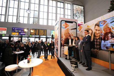 Fünf Menschen, darunter Verkehrsminister Hendrik Wüst, stehen bei der Pressekonferenz zur Vorstellung der mobil.nrw App auf der Bühne.