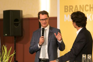 NRW-Verkehrsminister Hendrik Wüst redet auf der Auftaktveranstaltung zur Agenda Bahnen NRW in ein Mikrofon.