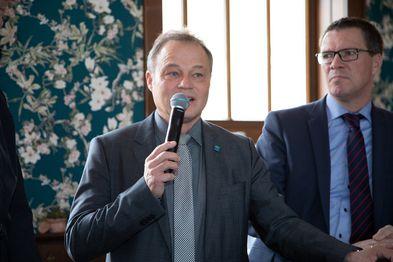Der Overather Bürgermeister Jörg Weigt hält im Bahnhof Overath eine Rede.