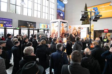 Foto der Zuschauermenge bei der Pressekonferenz im Düsseldorfer Hauptbahnhof zur Vorstellung der mobil.nrw App.